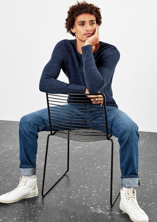 Пуловер с полосами структуру